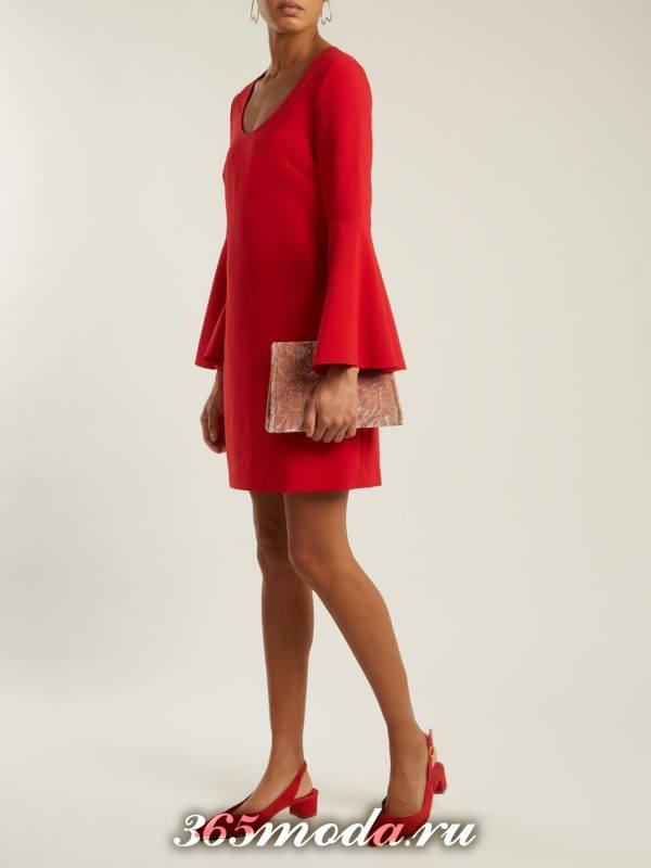 короткое коралловое платье с рукавами клеш c чем носить