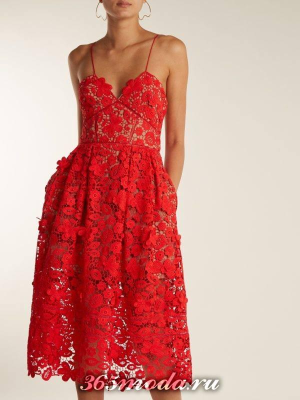 кружевное коралловое платье на бретелях c чем носить