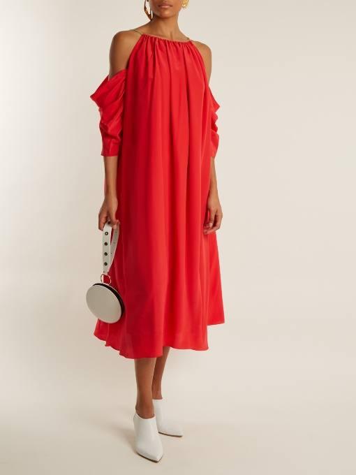 коралловое свободное платье с приспущенными рукавами c чем носить