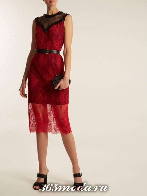 коралловое кружевное платье футляр с поясом c чем носить