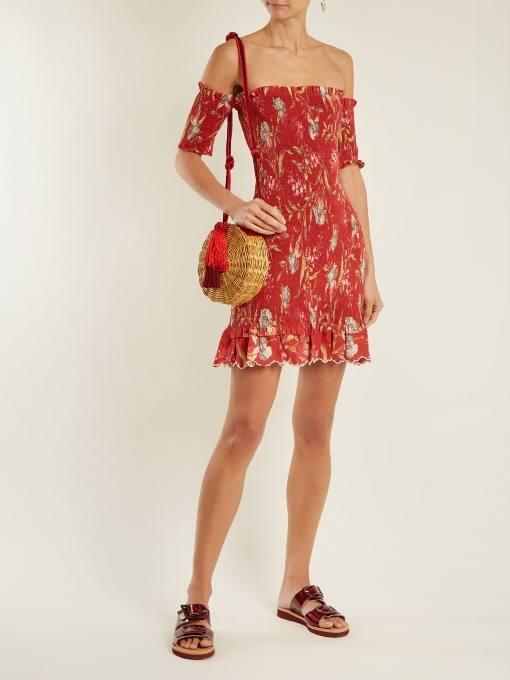 c чем носить короткое коралловое платье с принтом и открытыми плечами