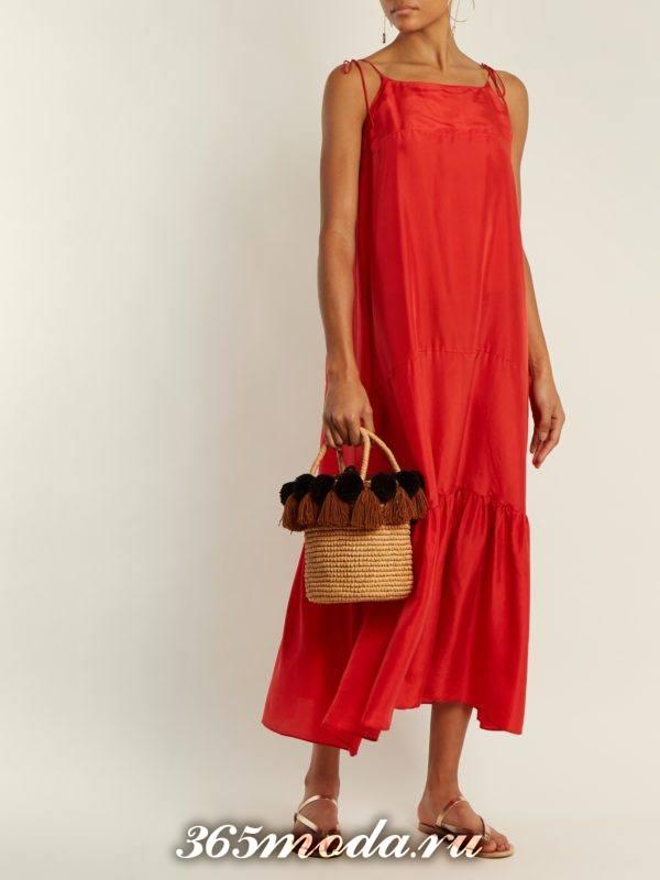 коралловое миди платье с оборкой на тонких бретелях c чем носить