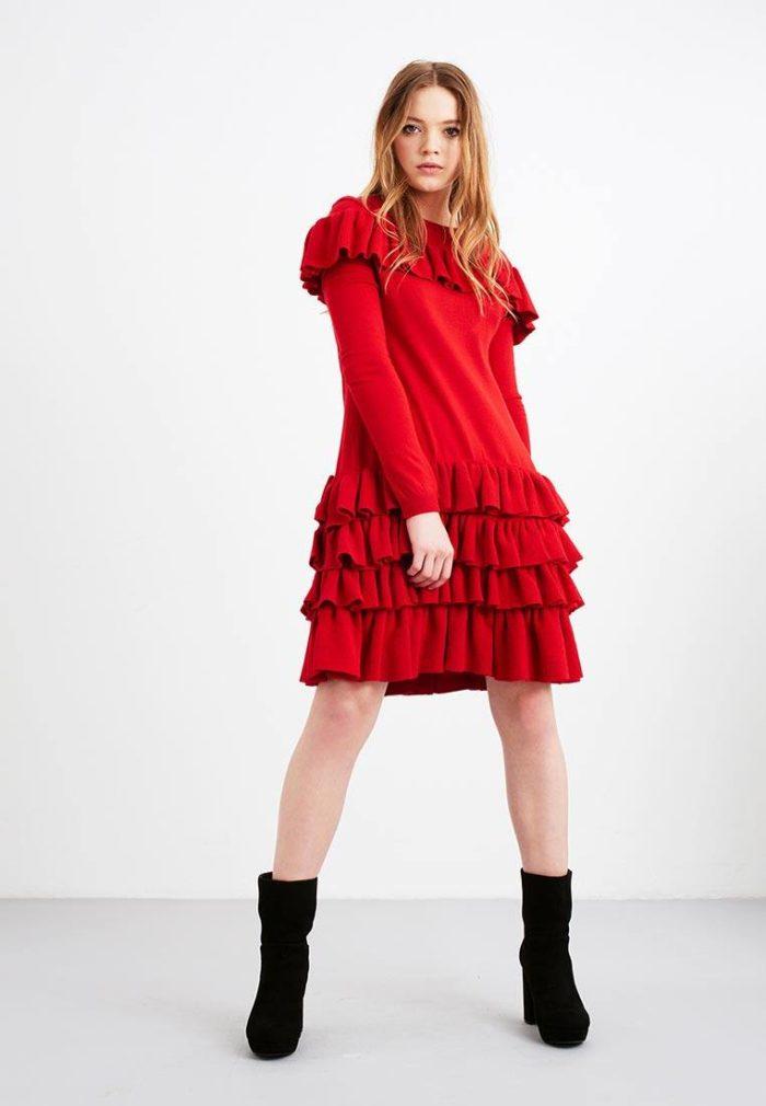 вязаное красное мини платье с оборками осень-зима