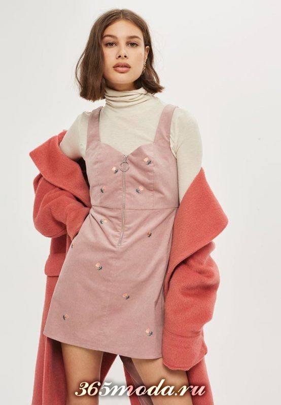 короткое розовое платье сарафан с декором осень-зима