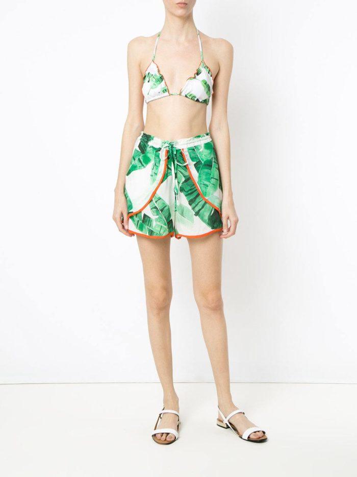 Пляжная мода 2019: короткие шорты с принтом
