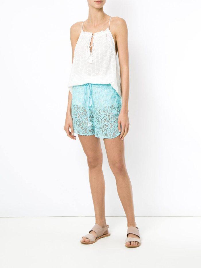 Пляжная мода 2019: кружевные голубые шорты
