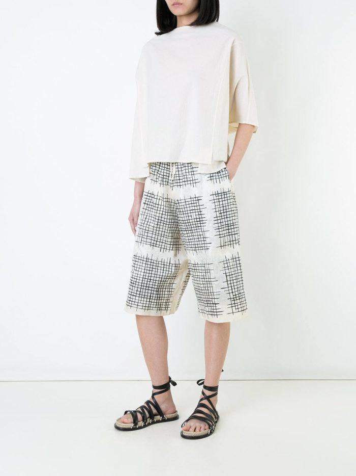 Пляжная мода 2019: длинные шорты с принтом