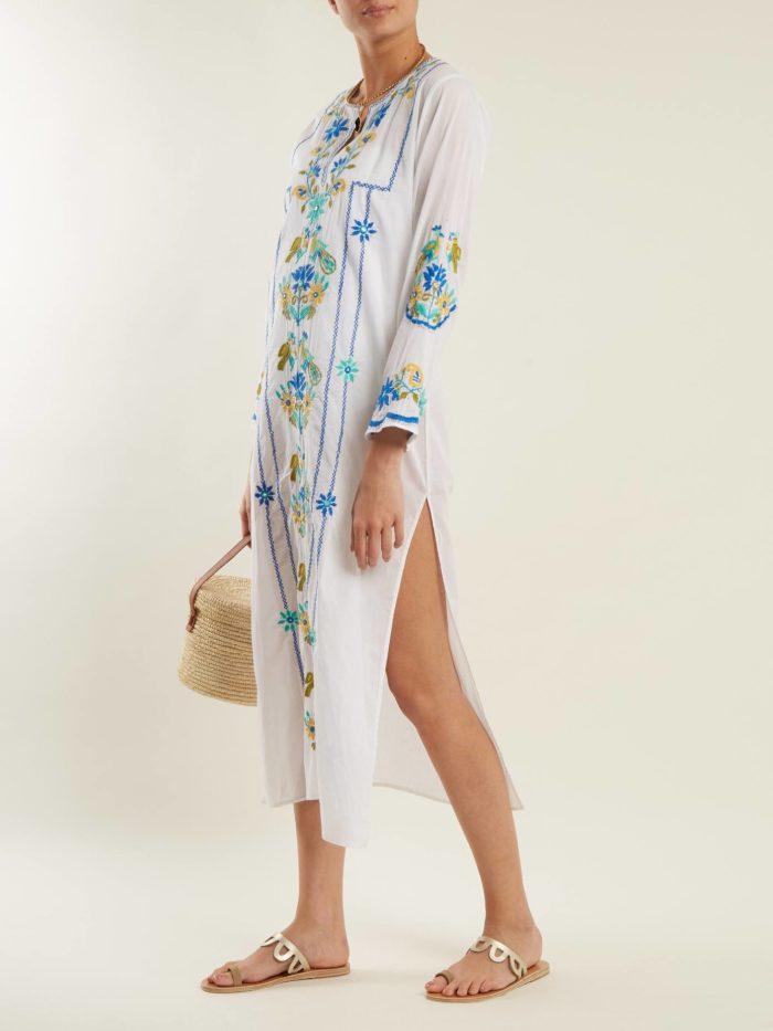 Пляжная мода 2019: белый сарафан с длинными рукавами