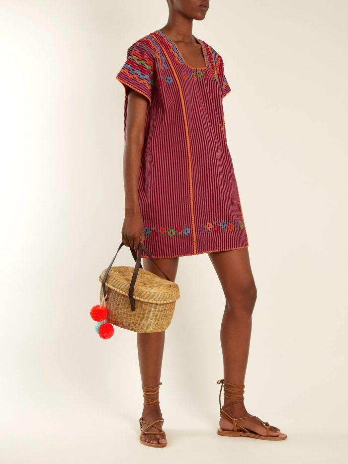 Пляжная мода 2019: бордовый короткий сарафан с принтом
