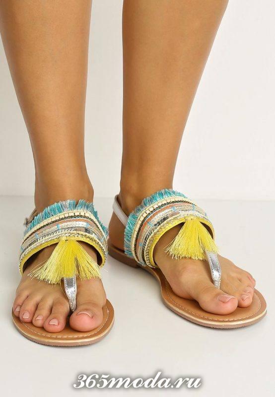 пляжные сандалии с бахромой на низком ходу