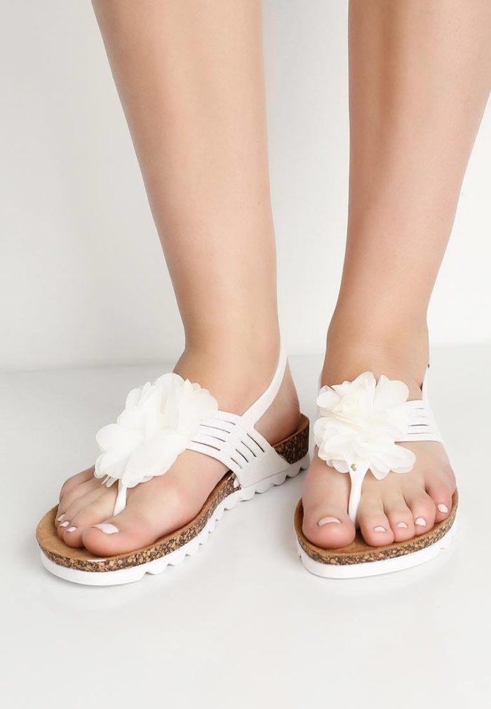 пляжные белые сандалии с декором