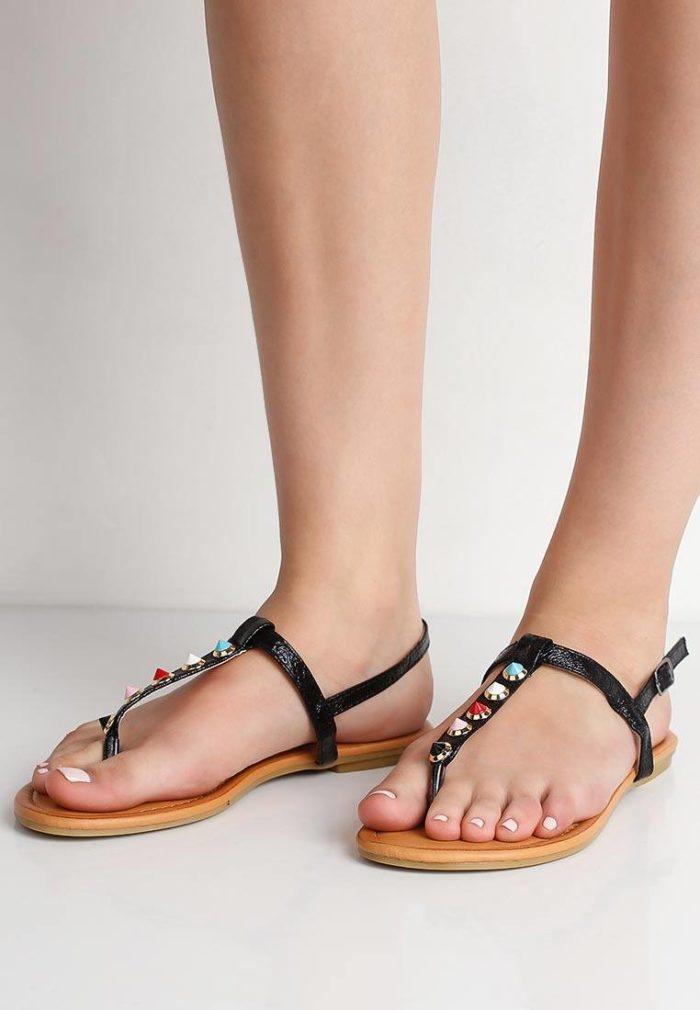 пляжные черные сандалии с камнями