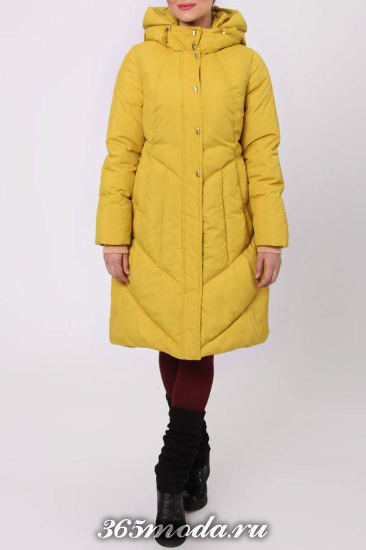 желтый пуховик с капюшоном с длиной до колена
