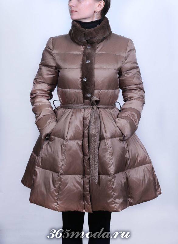 коричневый пуховик-платье до колена с мехом