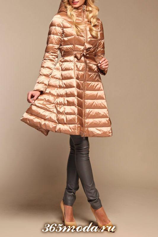 персиковый пуховик-платье до колена