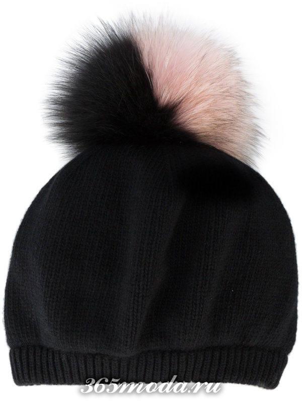 черная вязаная шапка с двухцветным помпоном