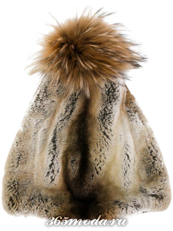 коричневая меховая шапка с помпоном