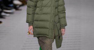 зеленые сапоги-чулки с асимметричным пуховиком до колена