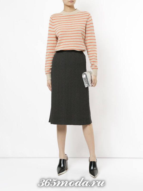 серая шерстяная юбка миди и полосатый свитер