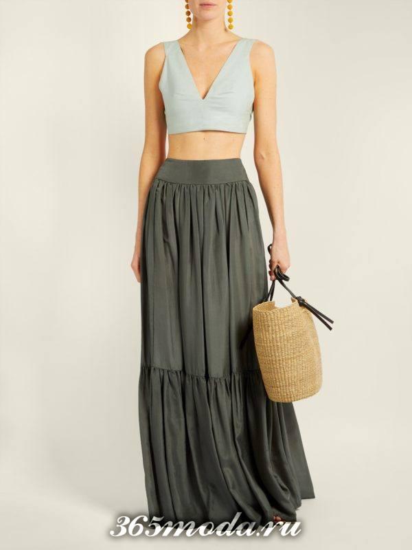 серая длинная юбка с оборкой с чем носить
