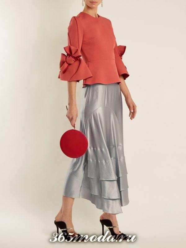 серая длинная шелковая юбка с оборками и красной блузкой