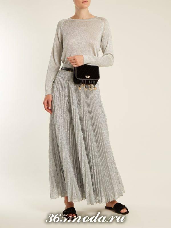 серая длинная юбка плиссе и серый свитер