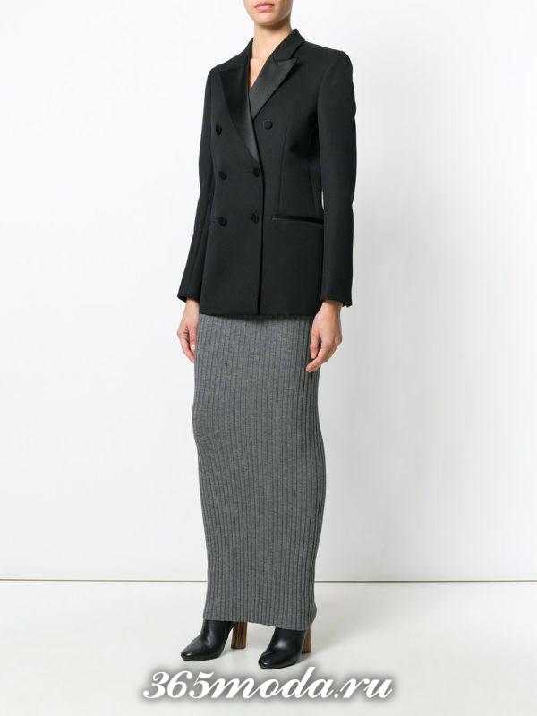 серая длинная прямая вязаная юбка с черным пиджаком