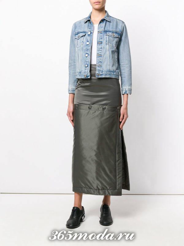 серая длинная юбка-трансформер с джинсовой курткой