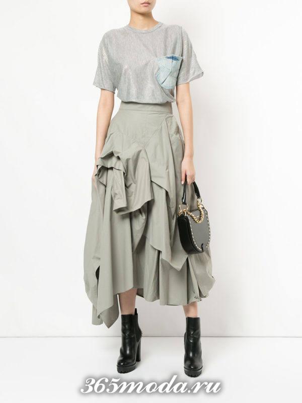 серая длинная асимметричная юбка с серой футболкой