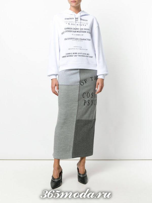 серая длинная юбка с декором и белая толстовка