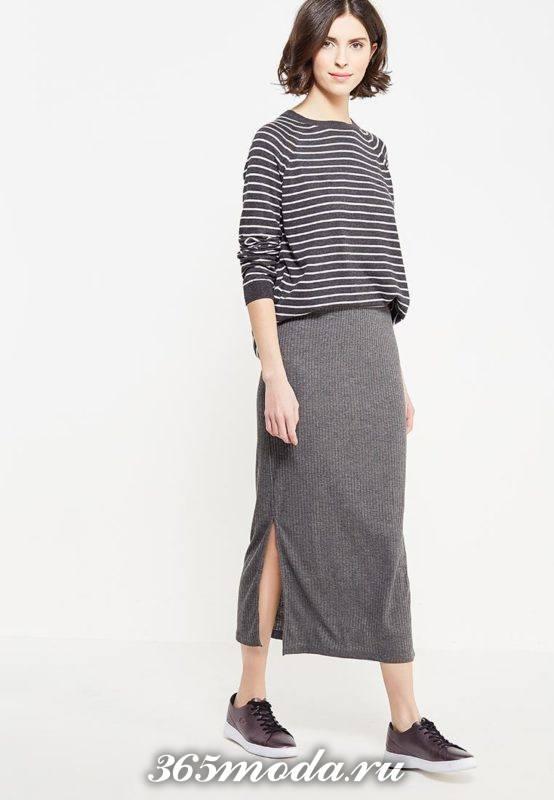 серая длинная юбка с разрезом с полосатым свитшотом
