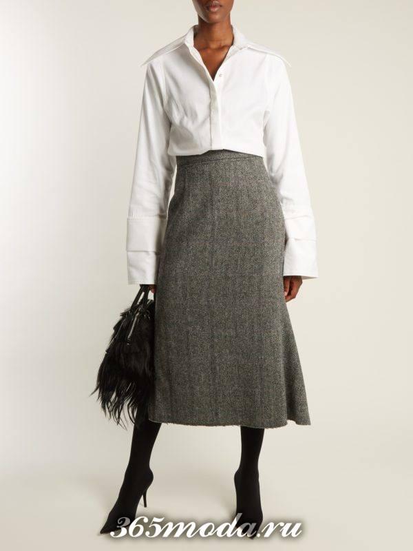 серая шерстяная юбка миди с белой рубашкой