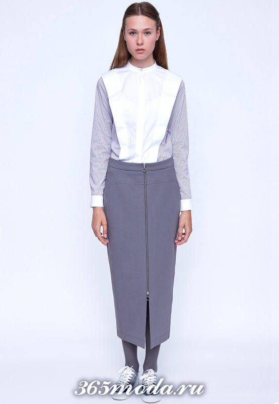 серая длинная юбка с молнией и двухцветная блузка
