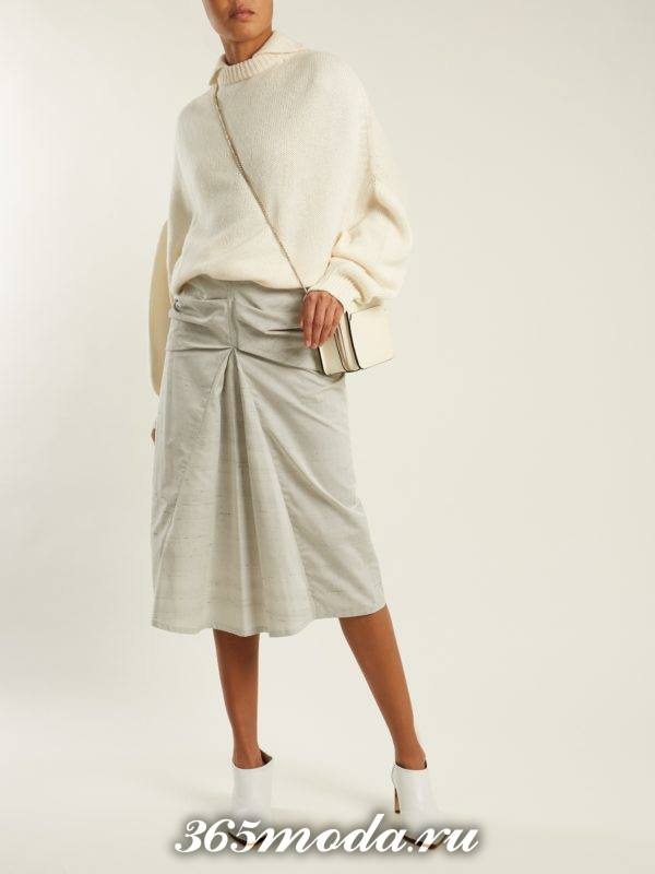 классическая серая юбка миди плиссе с молочным свитером