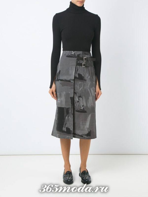 классическая серая юбка с запахом и принтом с черным свитером