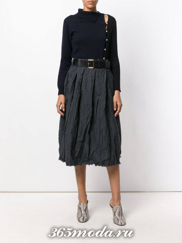 классическая серая мятая юбка с поясом и асимметричным свитером