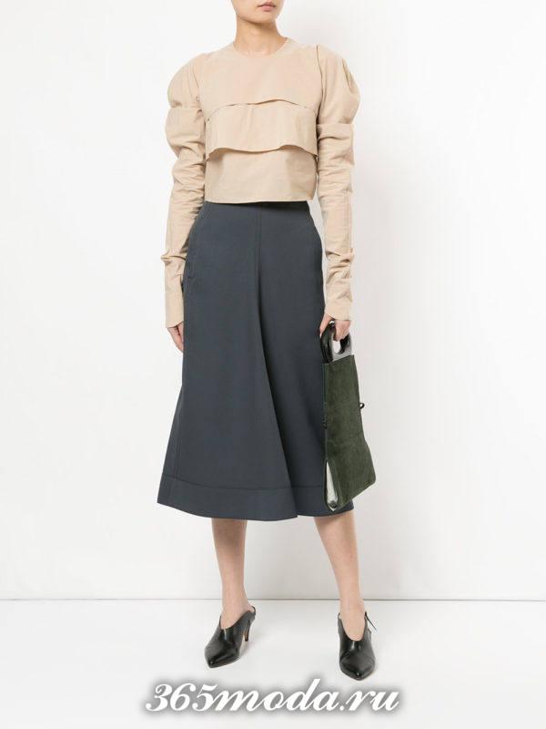 классическая серая юбка клеш с бежевой многослойной блузой