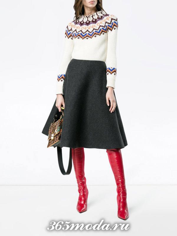 классическая серая юбка клеш с свитером с узором