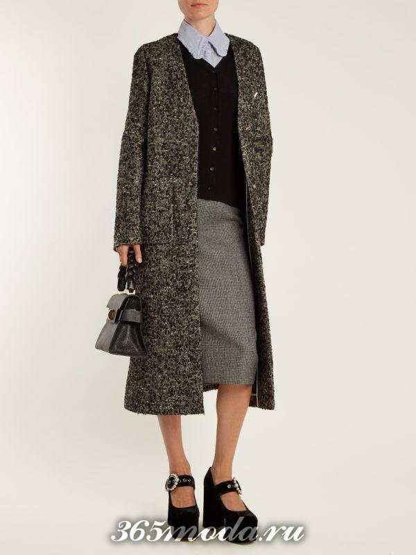 серая шерстяная юбка карандаш с серым классическим пальто