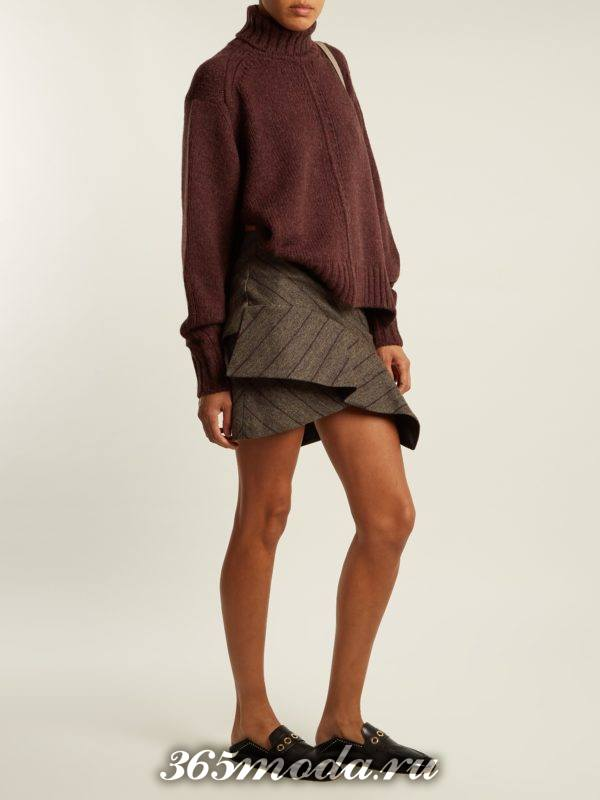 серая многослойная мини юбка с принтом с коричневым свитером оверсайз