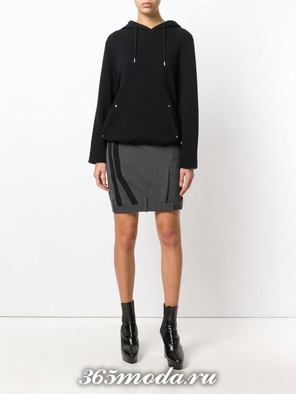 серая мини юбка с декором с чем носить