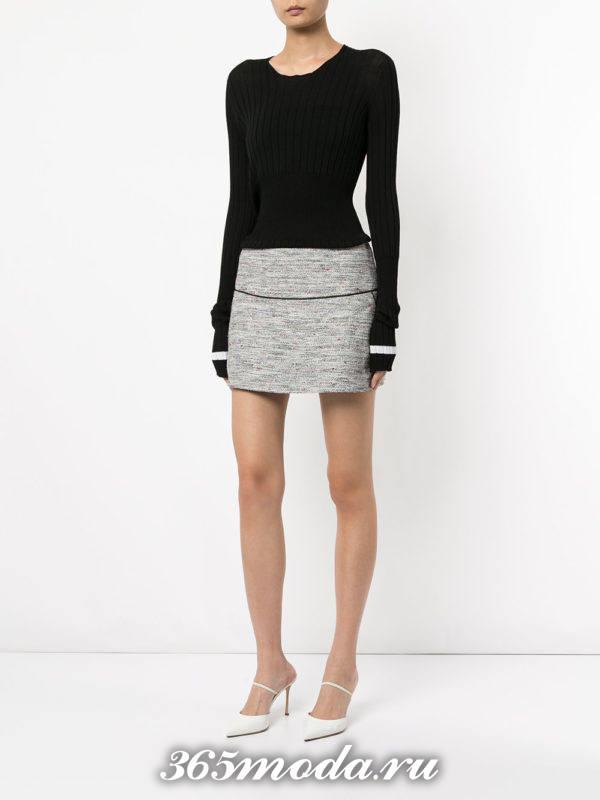 серая мини юбка с полоской и черный свитер