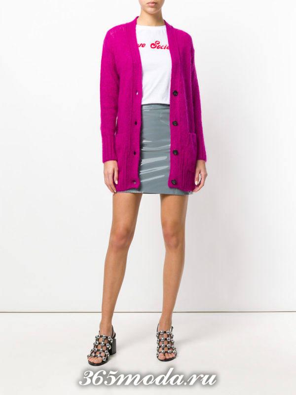 серая кожаная мини юбка с розовым кардиганом
