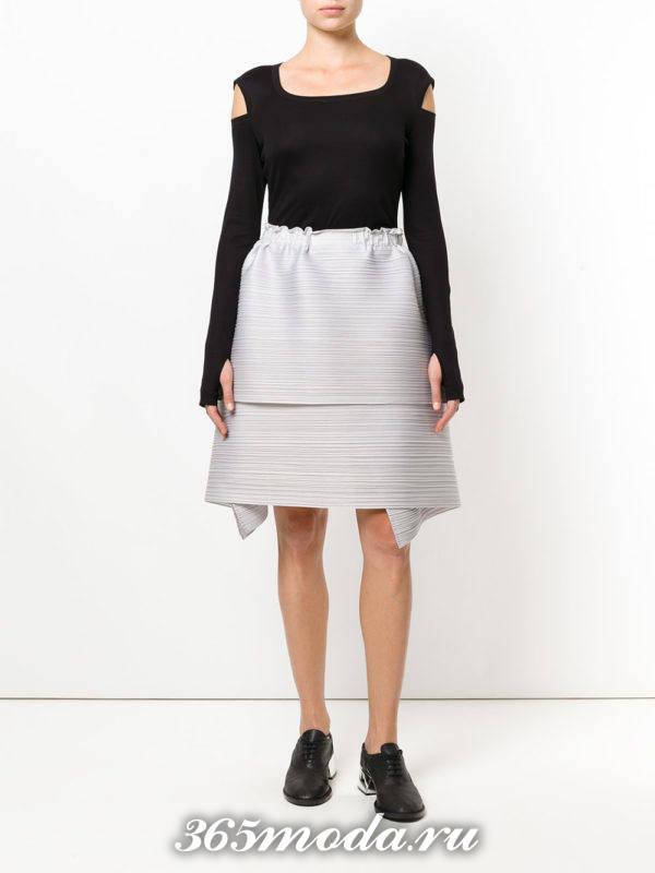 серая многослойная пышная мини юбка со свитером с вырезами на плечах