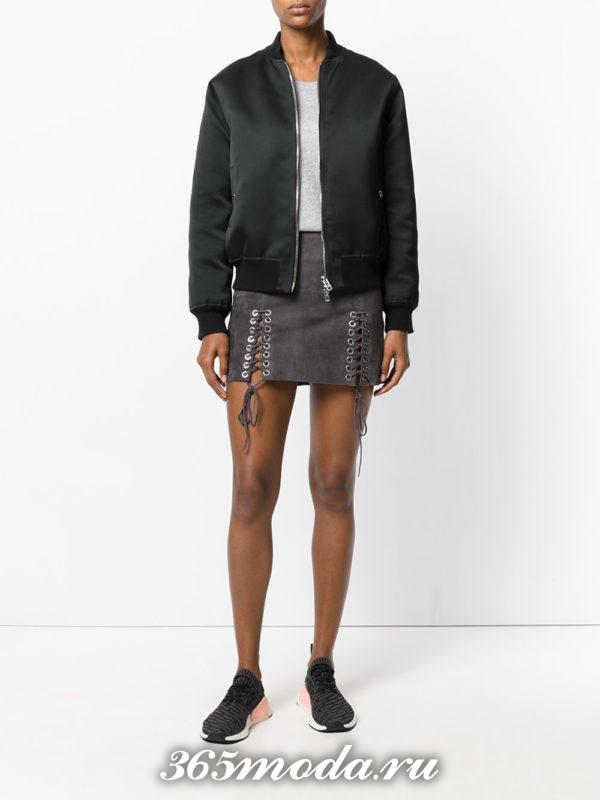серая мини юбка со шнуровкой и черный бомбер