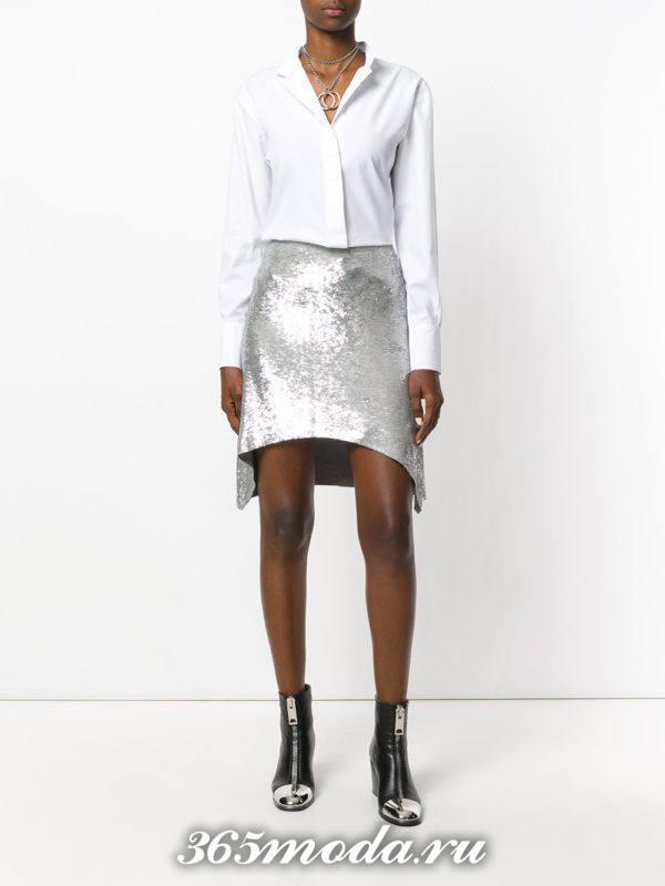 серая асимметричная блестящая мини юбка с белой блузкой