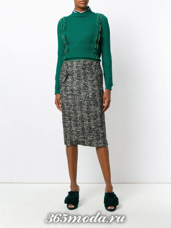серая шерстяная юбка карандаш с карманами и зеленым свитером