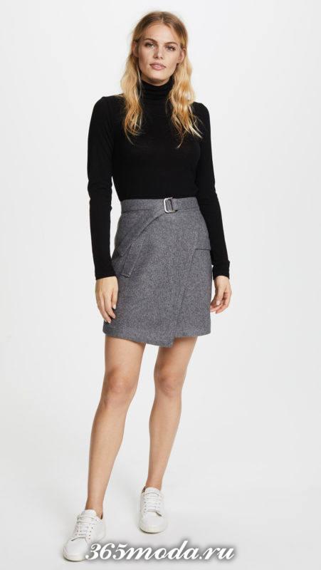 серая мини юбка на запах с поясом и черный свитер