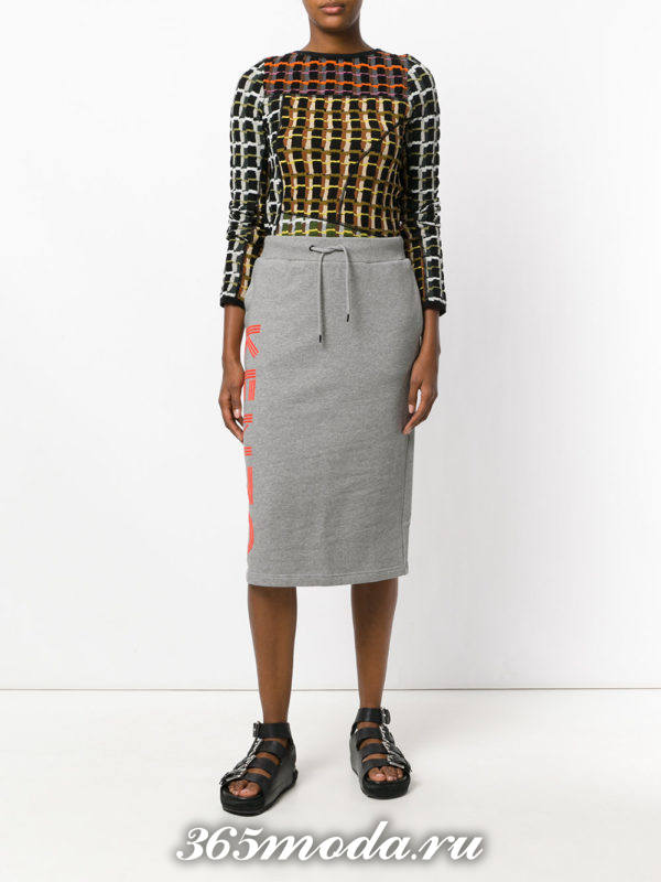 серая спортивная юбка карандаш с свитером в клетку