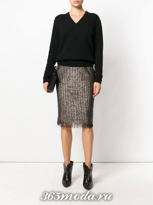 серая блестящая юбка карандаш с черным свитером